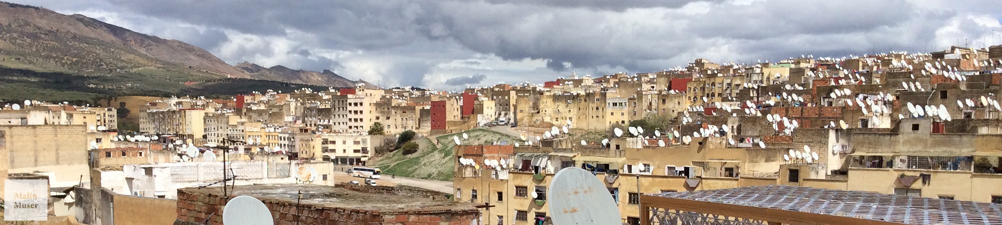 Der Blick über die Dächer von Fes erstaunt zunächst einmal wegen der unzähligen Satelitenschüsseln (Marokko)