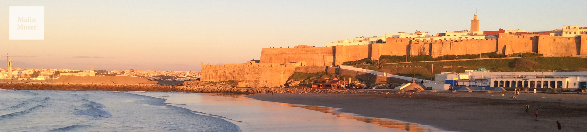 An der Küste von Rabat werden die Wellen ganz flach, wenn sie in Richtung der Altstadt Kasbah des Oudayas fließen (Marokko)