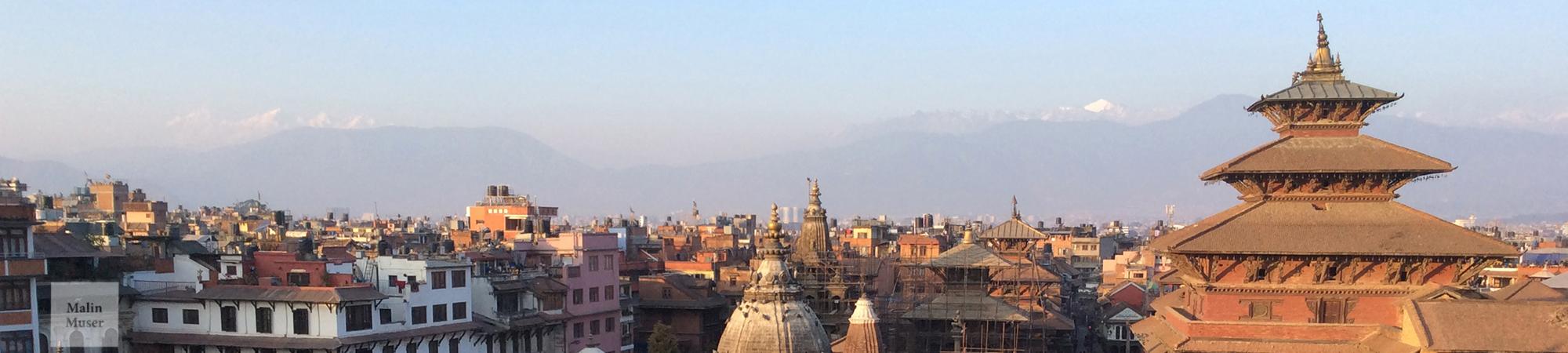 Ein Blick ohnegleichen - Kathmandus Südstadt Patan mit diesigem Blick auf den Himalaya
