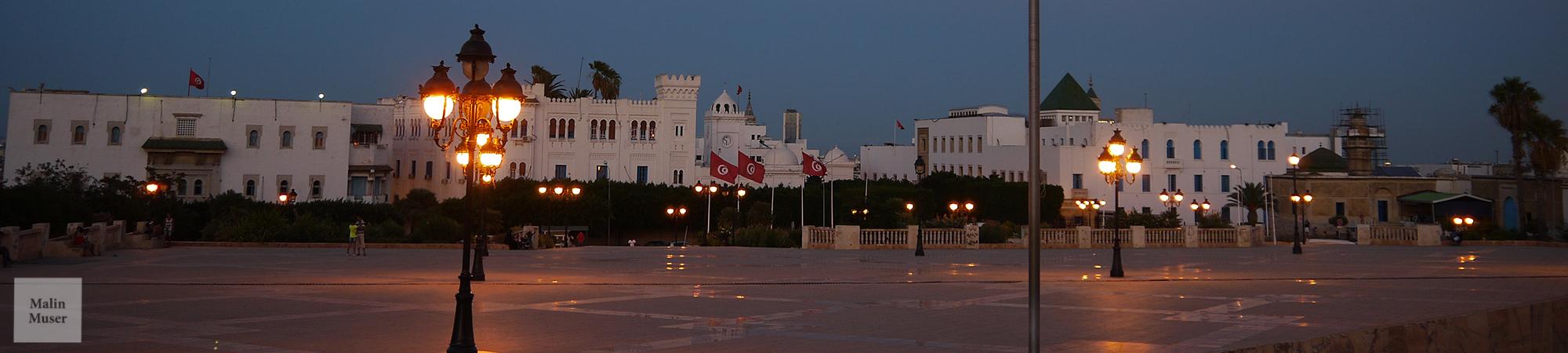 Der große Platz im Herzen von der Medina von Tunis im Abendlicht (Tunesien)